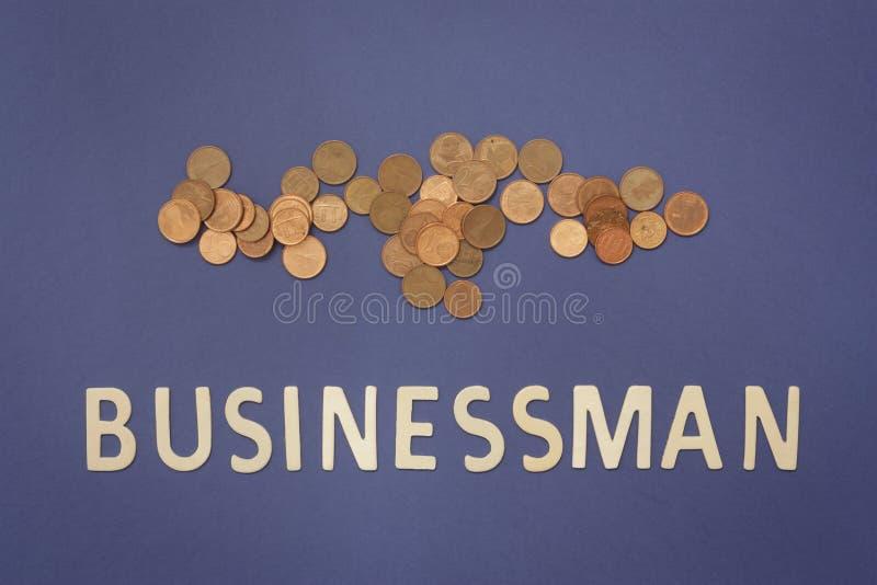 商人写与木信件在蓝色背景 免版税库存图片