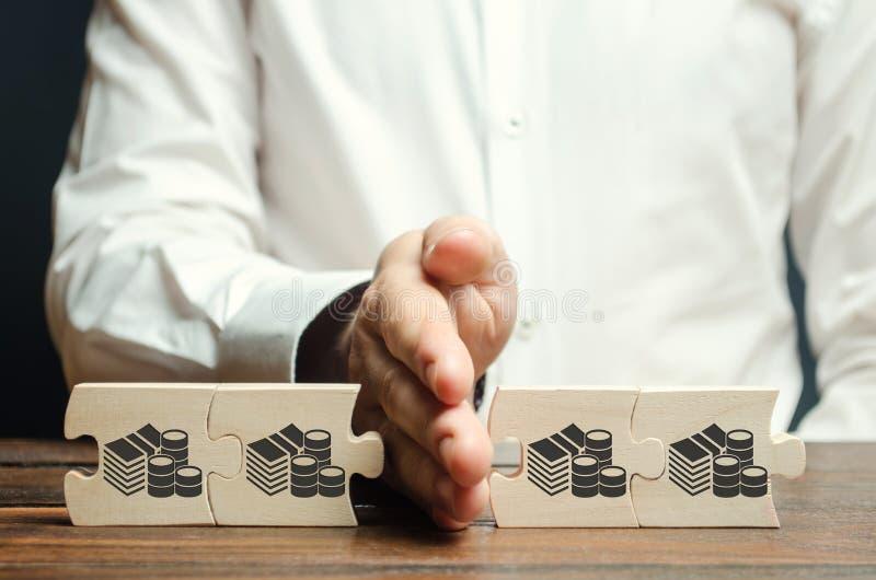 商人分离与金钱的图片的木难题 财务管理的资金的概念和发放 免版税库存图片