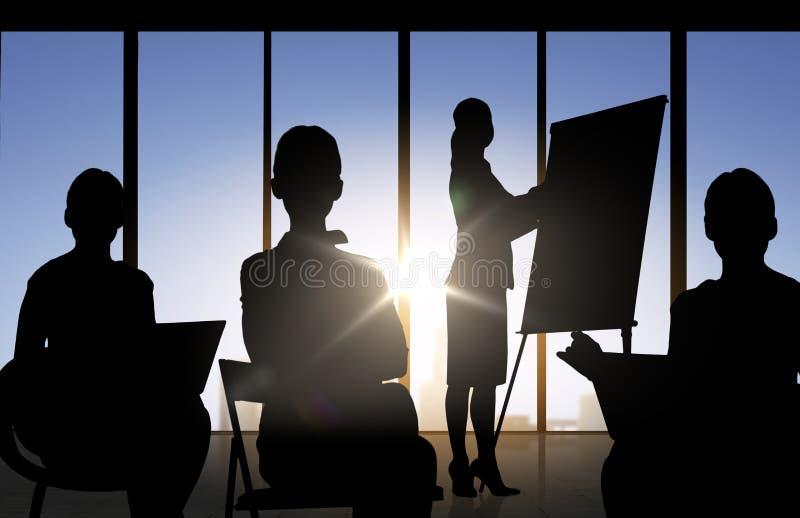 商人剪影在会议上在办公室 库存例证