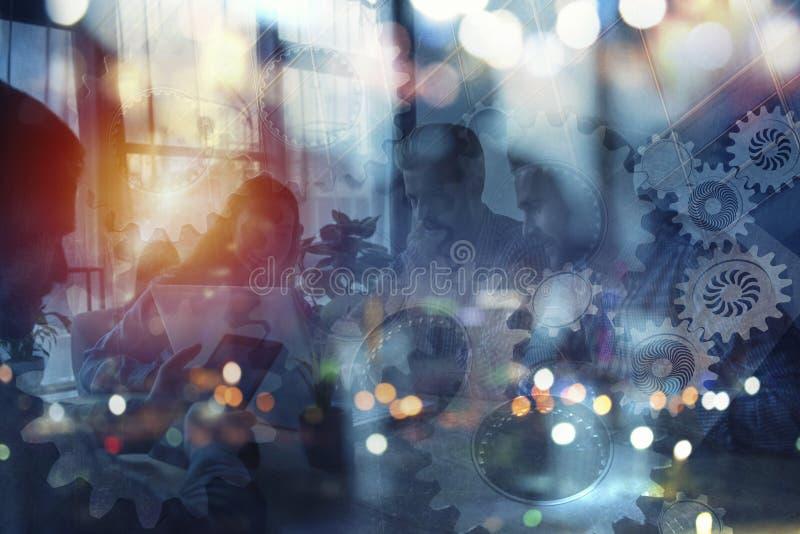 商人剪影在办公室  配合和合作的概念 与齿轮的两次曝光 库存照片