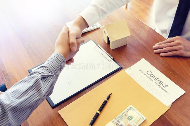 商人协议为合同签字 库存图片