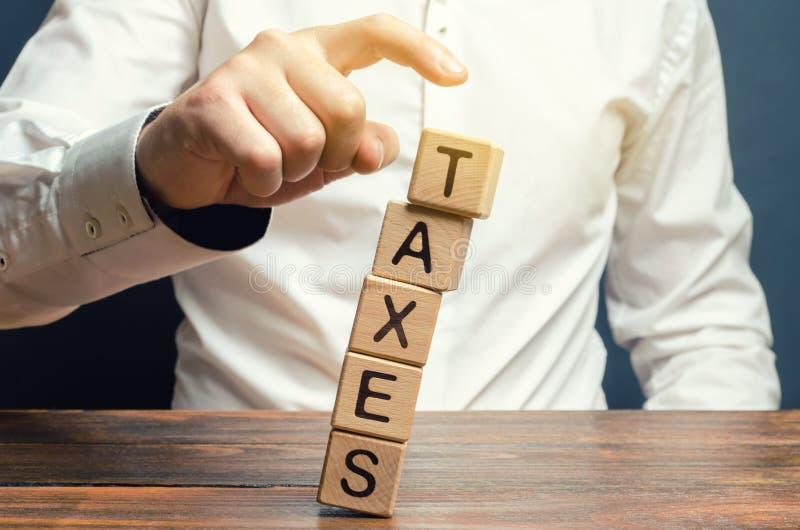 商人去除木块与词税 付税的概念安置和物产的 收入/物品税 库存图片