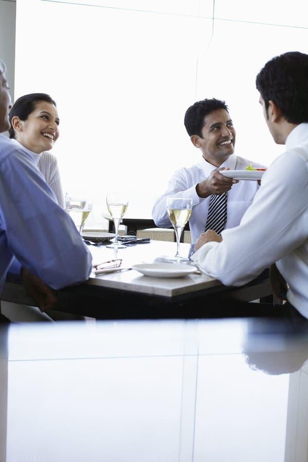 商人吃午餐在餐馆 库存图片