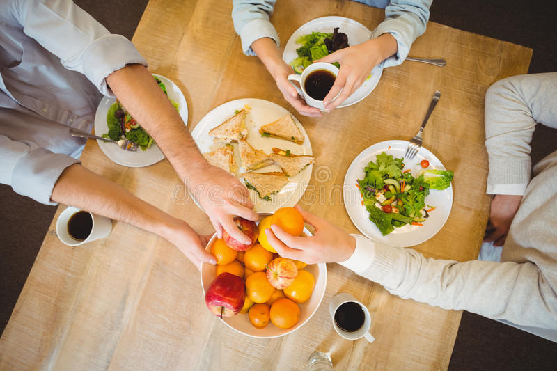 商人吃早餐在军用餐具 免版税库存图片