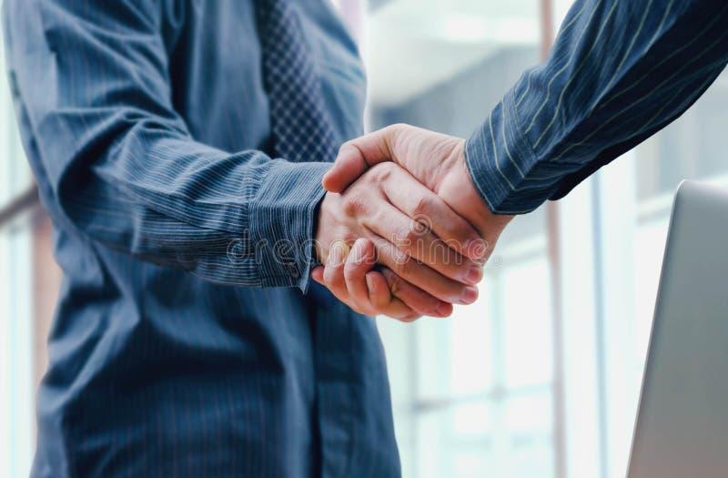 商人合作的震动手 免版税库存图片