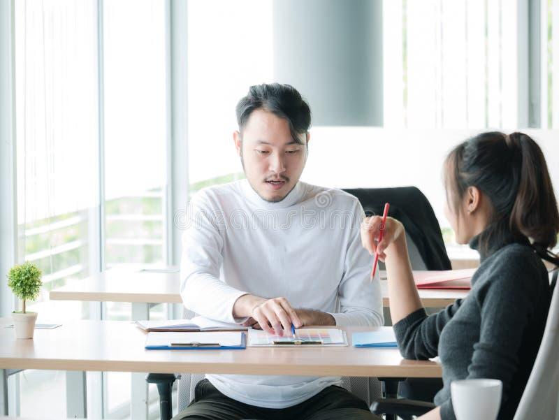 商人和女商人画象研究项目的在现代办公室,商业决策背景 库存照片