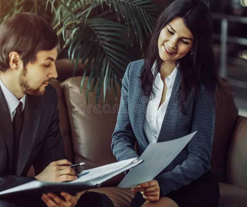商人和女实业家会议在现代办公室 库存照片