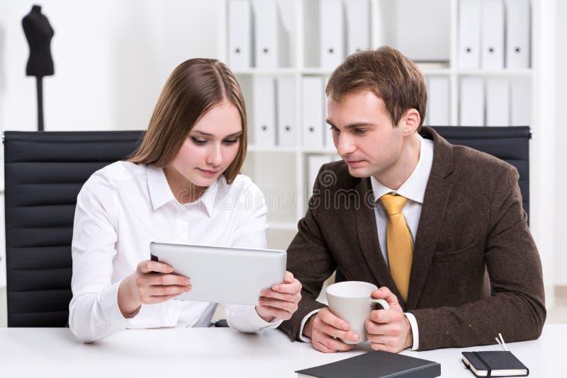 商人和女实业家在工作 免版税库存照片