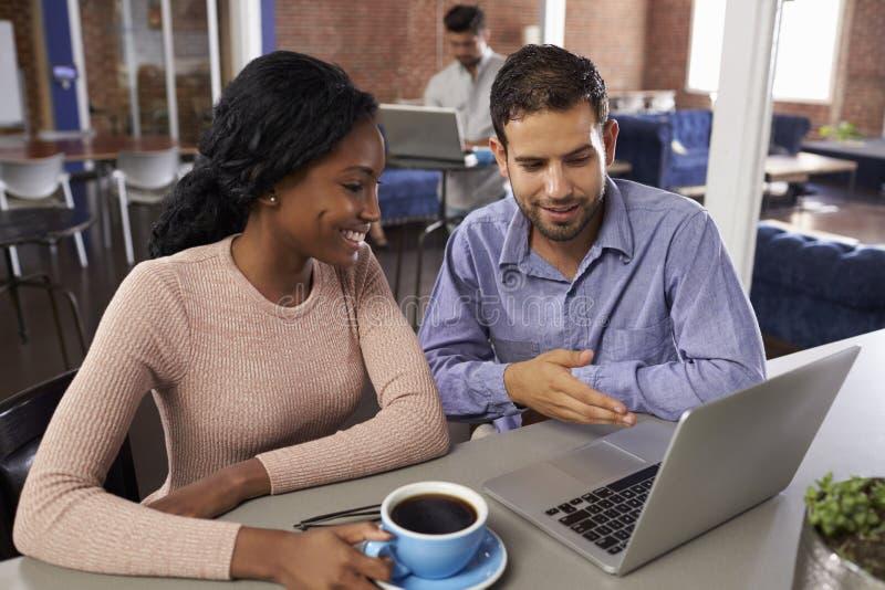 商人和女实业家在非正式会议上在办公室 图库摄影
