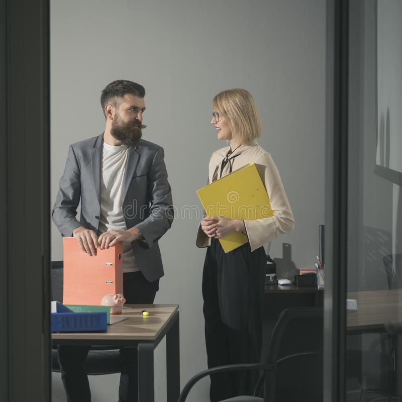 商人和女实业家工作过程的 有胡子的男人和妇女谈论财政报告 对秘书的上司谈话 图库摄影