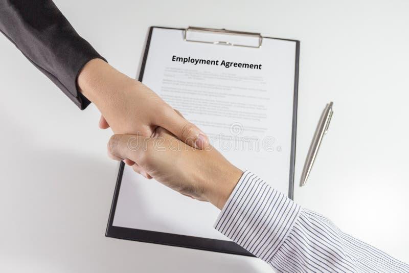 商人和女实业家握手顶视图在emp的 免版税图库摄影