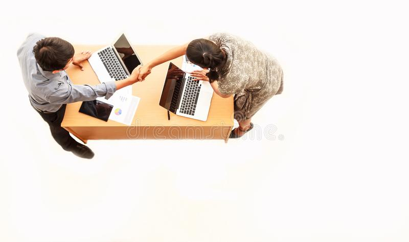 商人和女实业家站立的和震动的h顶视图  免版税库存照片