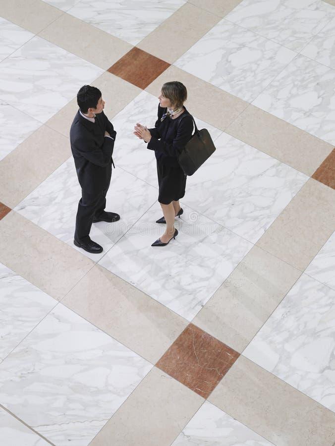商人和女实业家谈话 图库摄影