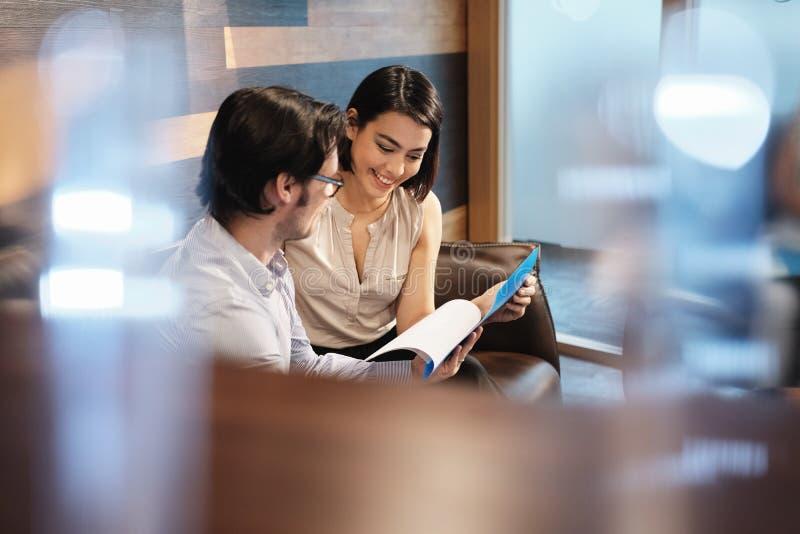 商人和妇女会议在工作在办公室自助食堂 免版税图库摄影