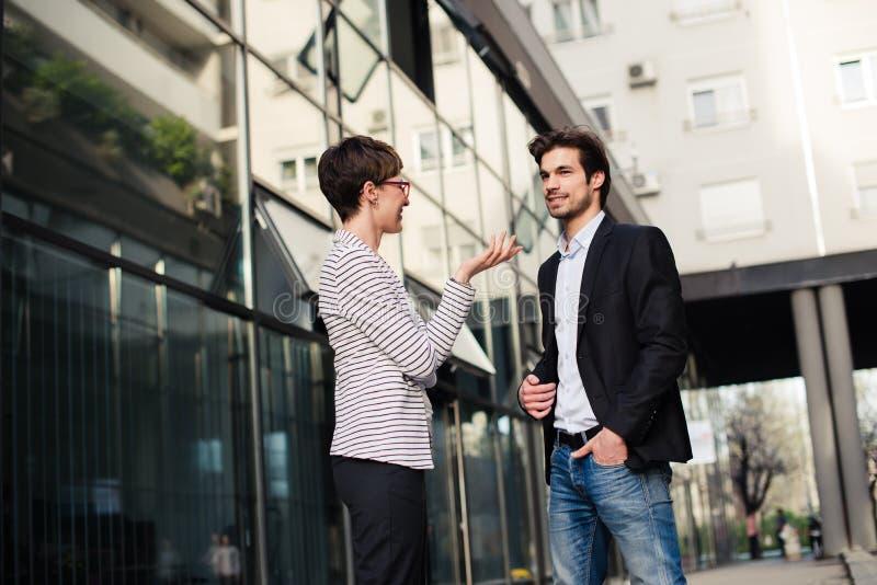 商人和妇女谈话户外 免版税库存图片