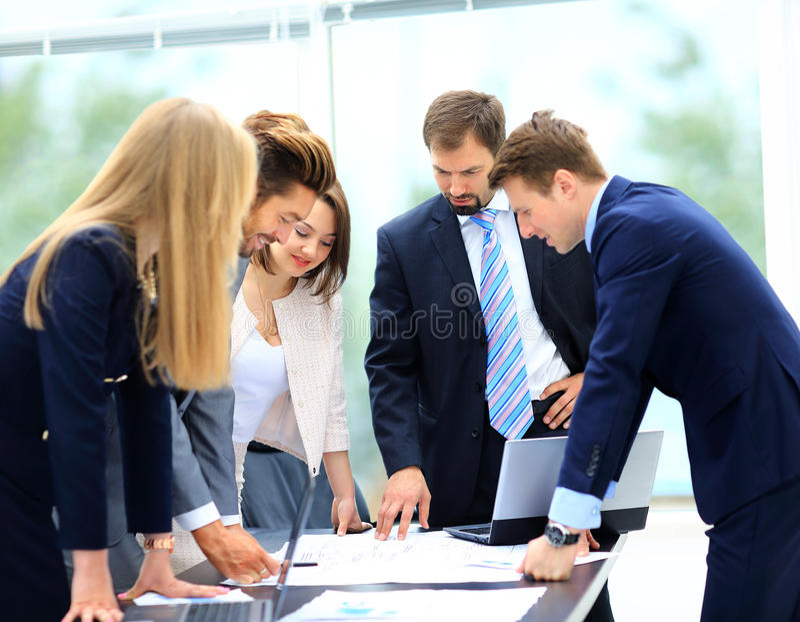 商人和谈论在会议上  库存图片
