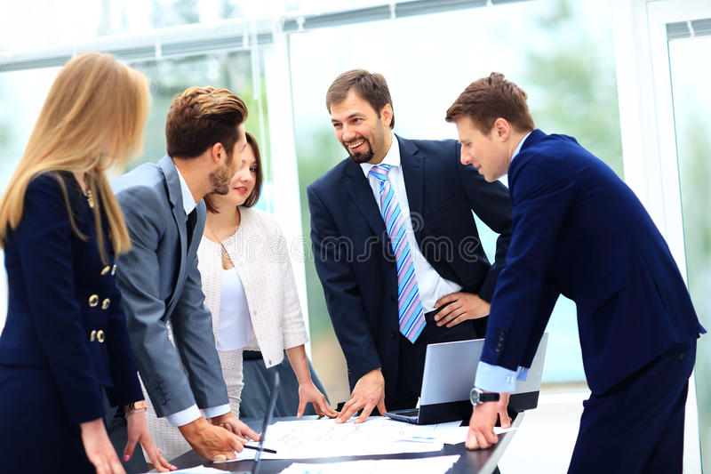 商人和谈论在会议上  免版税库存照片