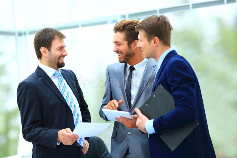 商人和谈论在会议上  图库摄影