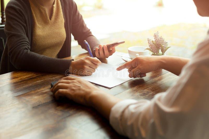商人和谈论女队的工作合同 库存照片