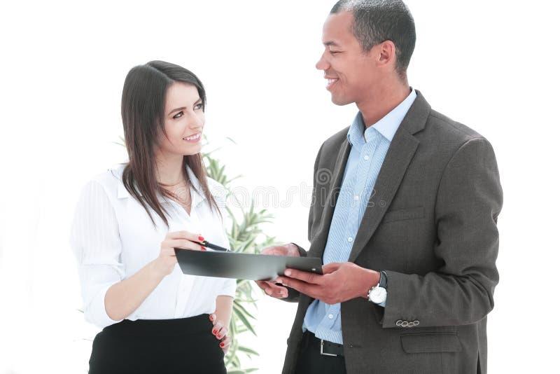 商人和谈论的女商人合同期限 免版税库存照片