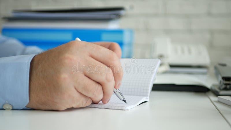 商人图象签署的会计凭证在办公室屋子里 免版税库存照片