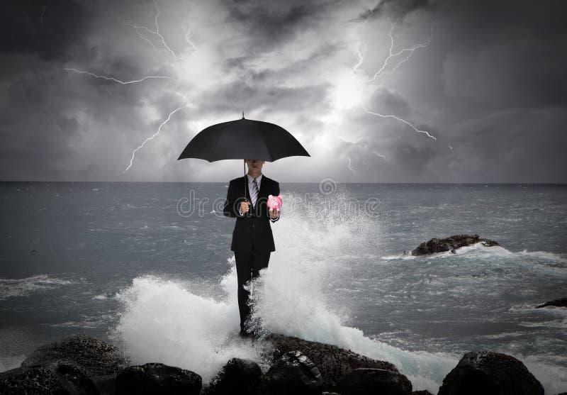 商人在一把伞下在海 免版税库存照片