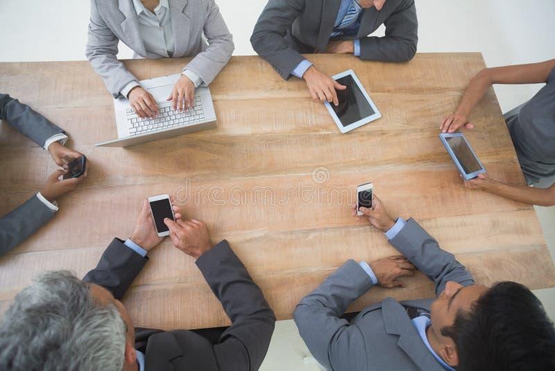 商人在与新技术的会议 图库摄影