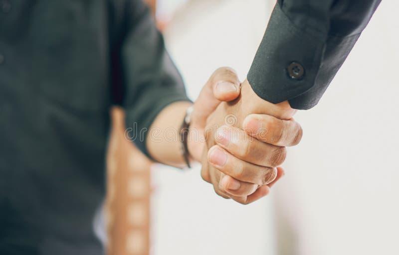 商人在事务的成功的交涉以后握手,企业推进的概念通过合作 免版税库存图片