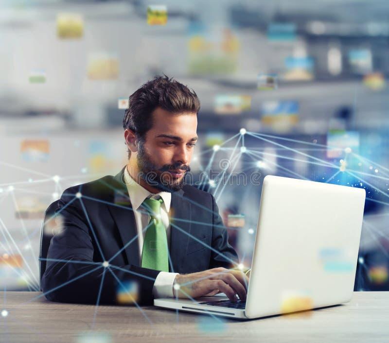 商人在互联网连接的办公室 新运作公司的概念 免版税库存照片