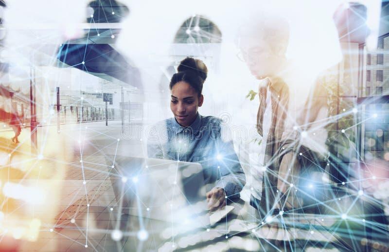 商人在互联网连接的办公室 新运作公司的概念 r 免版税库存照片