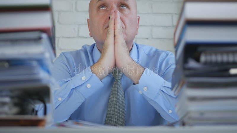 商人在办公室屋子里和在一个祈祷的姿态的手呆在一起 图库摄影