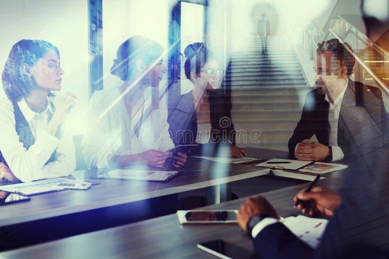 商人在办公室工作togheter 配合和合作的概念 两次曝光 免版税库存照片