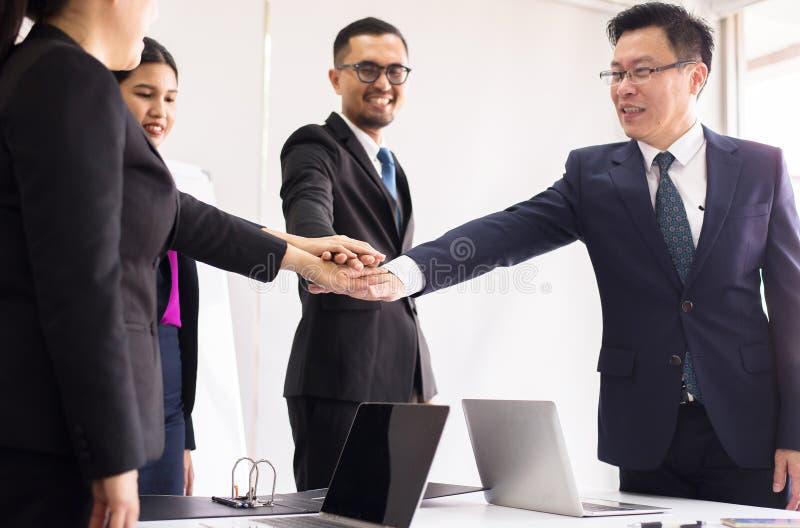 商人在办公室,团队工作加入成交的手成功达到目标,递协调 免版税库存照片