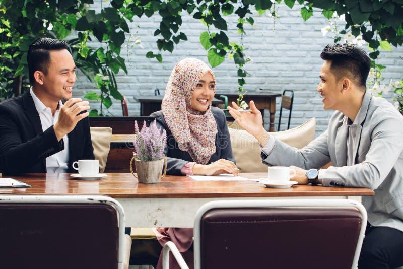 商人在咖啡馆的配合会议 免版税库存照片