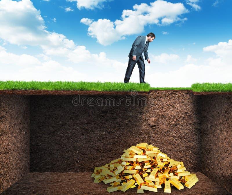 商人在土壤的被找到的珍宝 免版税图库摄影