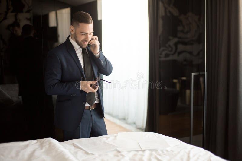 商人在旅馆客房说在电话里 库存照片