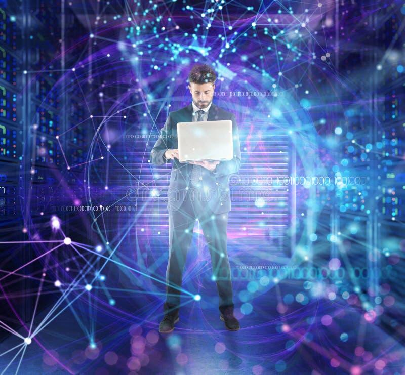 商人在有数据库服务器和网络作用的一间数据中心屋子工作 免版税图库摄影