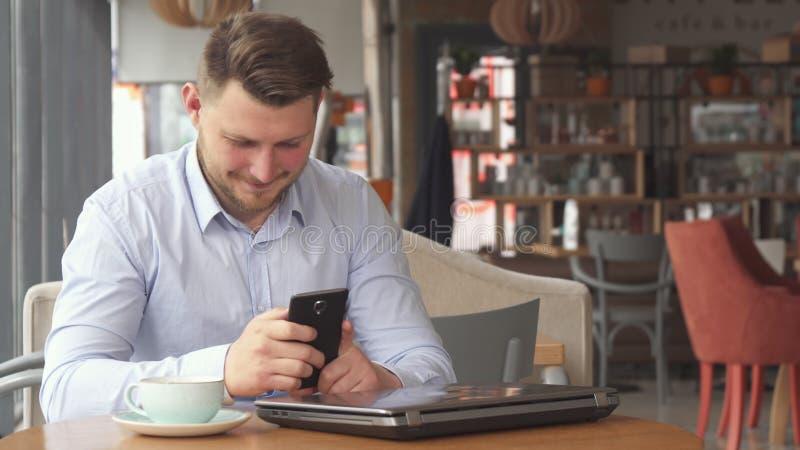 商人在电话谈话在咖啡馆 免版税图库摄影
