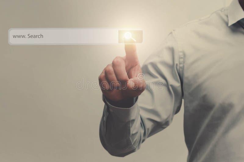 商人在真正触摸屏上的查寻按钮按了与f 免版税库存图片