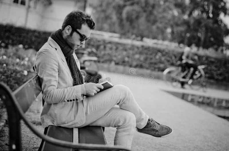 商人在笔记本写他的任务,黑白摄影 库存照片