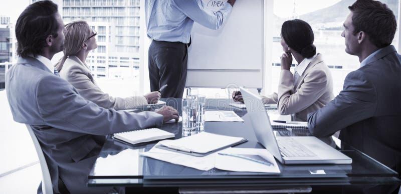 年轻商人在证券交易经纪人行情室会议 库存图片