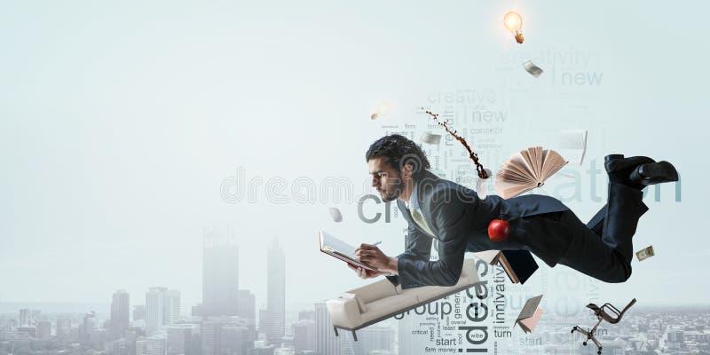 商人在都市风景背景的工作 免版税库存图片