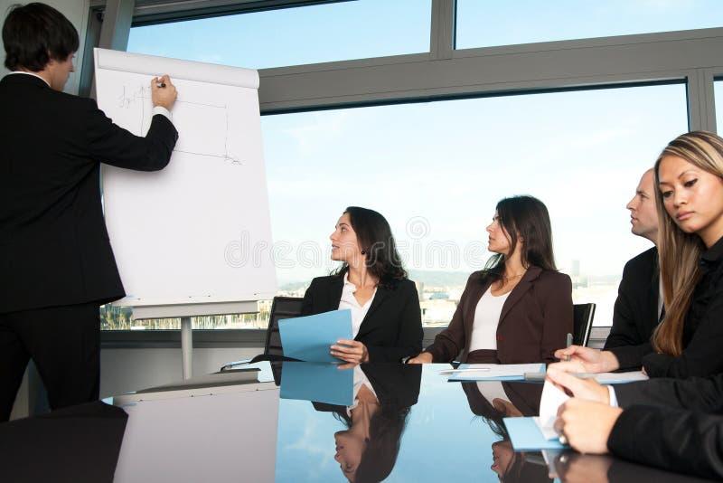 商人在活动挂图写 免版税库存图片