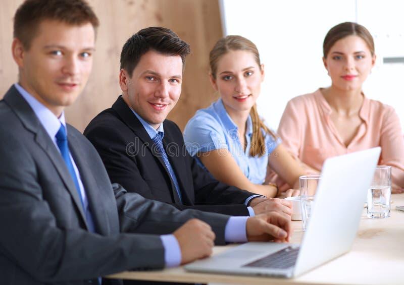 Download 商人坐和谈论在事务 库存图片. 图片 包括有 开会, 合作, 确信, 人员, 降低, 办公室, 成人, 室内 - 62527045
