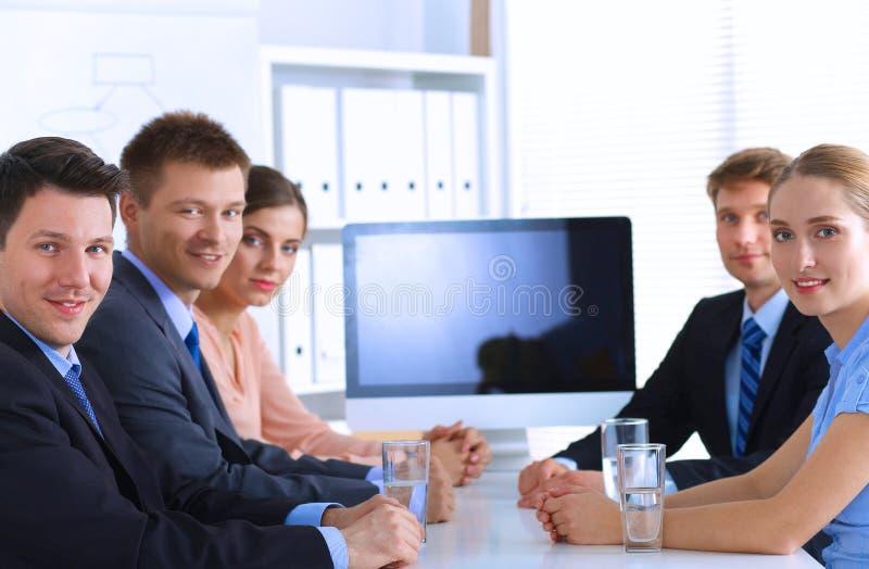 Download 商人坐和谈论在事务 库存图片. 图片 包括有 讨论, 办公室, 人们, 买卖人, 室内, 女实业家, 总公司 - 62527071
