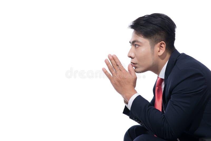 年轻商人坐在白色背景, lookin的椅子 库存图片
