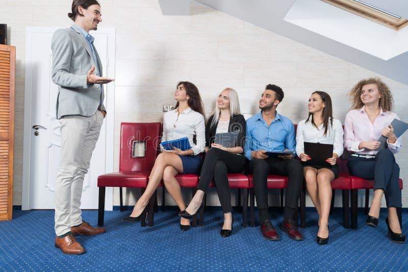 商人坐在线队列,买卖人补充等待的工作面试候选人的小组会议 免版税图库摄影