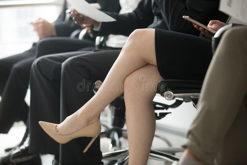 商人坐在行等待的采访的,腿紧密 库存照片
