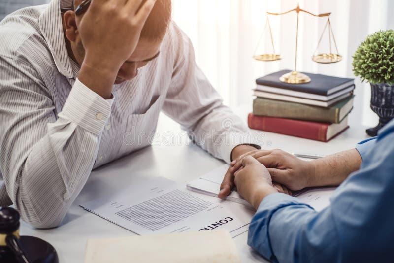 商人坐张力严肃为合同保险的问题与律师安慰的对解答问题在办公室 库存照片