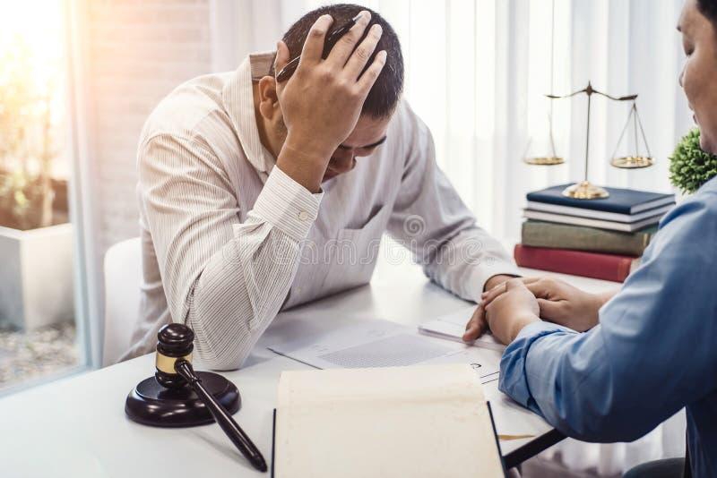 商人坐张力严肃为合同保险的问题与律师安慰的对解答问题在办公室 库存图片